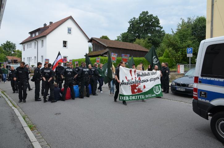Der Neonaziaufmarsch wird um den Blockadeversuch geführt.  Foto: Marcus Buschmüller