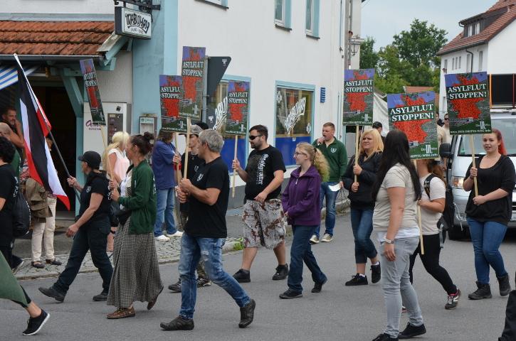 Der Aufmarsch durch Viechtach.  Foto: Marcus Buschmüller