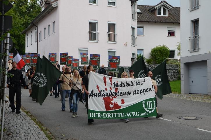 Das Fronttransparent beim Aufmarsch durch Viechtach.  Foto: Marcus Buschmüller