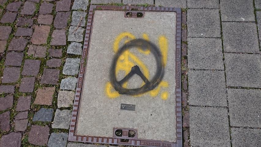 In der Fuchsstraße werden sowohl das Logo der 'identitären Bewegung' (schwarz) als auch der 'Zirkel' der 'Burschenschaft Danubia' gesprüht.  Foto: Robert Andreasch