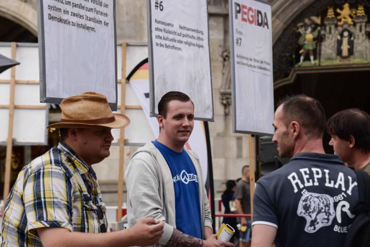 Akteur_innen am 'PEGIDA München'-Infostand.  Foto: a.i.d.a.