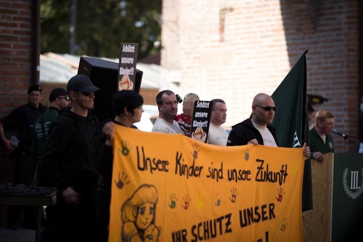 Neonazis mit Transparent auf der Kundgebung.  Foto: www.24mmjournalism.com