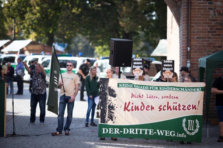Kundgebung mit Transparent der Neonazipartei 'Der dritte Weg'.  Foto: www.24mmjournalism.com