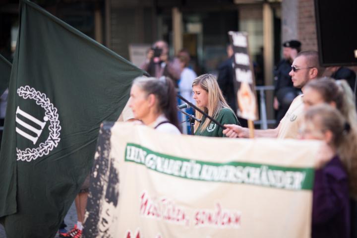 Auch Julia Reil tritt bei der neonazistischen Kundgebung ans Mikrofon.  Foto: www.24mmjournalism.com