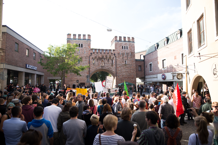 Gegenwind für die Nazis: Kräftiger Protest von ca. 500 Nazigegner_innen.  Foto: www.24mmjournalism.com