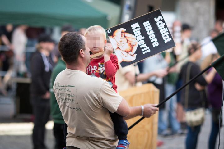 Ein Teilnehmer der neonazistischen Kundgebung gibt seinem Kind auch ein Schild in die Hand.  Foto: www.24mmjournalism.com