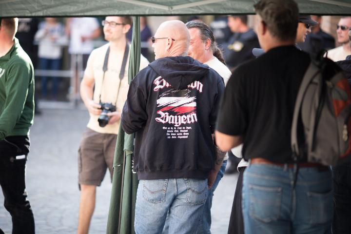 Teilnehmer der neonazistischen Kundgebung mit 'Division Bayern'-Sweatshirt.  Foto: www.24mmjournalism.com