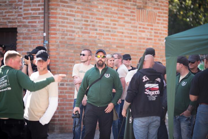 Teilnehmende der Kundgebung, zum Teil als Anti-Antifa-Fotografen aktiv.  Foto: www.24mmjournalism.com