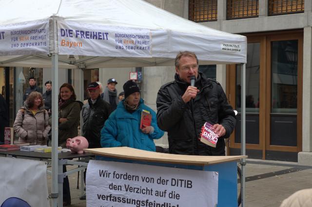 """Stürzenberger mit einem Exemplar des Buches """"Deutschland von Sinnen"""" von Akif Pirinçci.  Foto DP"""