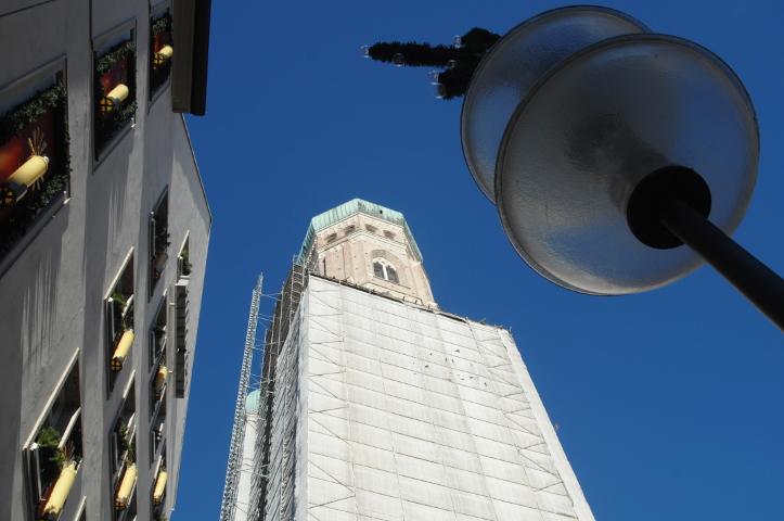 Der Nordturm des Doms ist am Morgen schon wieder ohne Transparent. Foto: Robert Andreasch