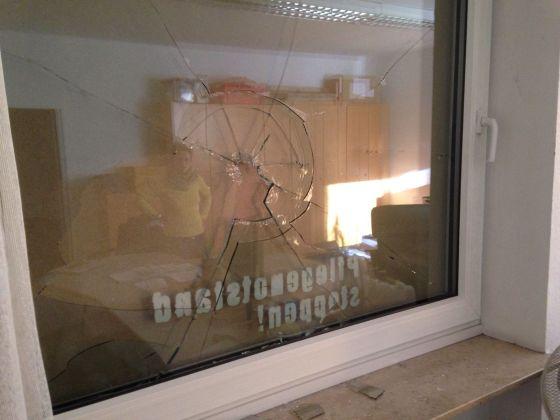 Eine der zerstörten Fensterscheiben.  Foto: Bündnis Nazistopp Nürnberg