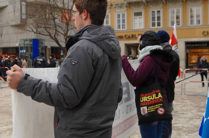 Auf dem Beutel: Aufruf zur Solidarität mit Holocaustleugnerin Ursula Haverbeck.  Robert Andreasch