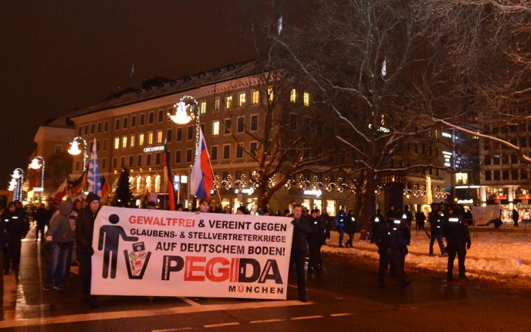 Der 'PEGIDA'-Aufmarsch am Platz der Opfer des Nationalsozialismus.  Foto: Marcus Buschmueller