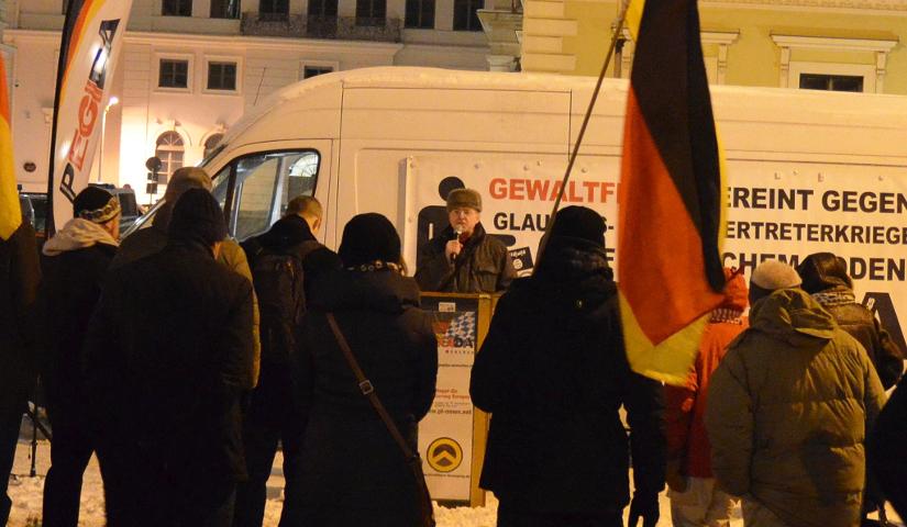 Karl Richter redet mal wieder beim 'PEGIDA'-München-Aufmarsch. Foto: Marcus Buschmueller