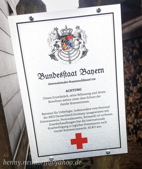 In Pliening angebrachtes Schild des sog. 'Bundesstaat Bayern'. Foto: Benny Neudorff