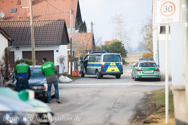 Polizeimaßnahmen in Pliening.  Foto: Benny Neudorff