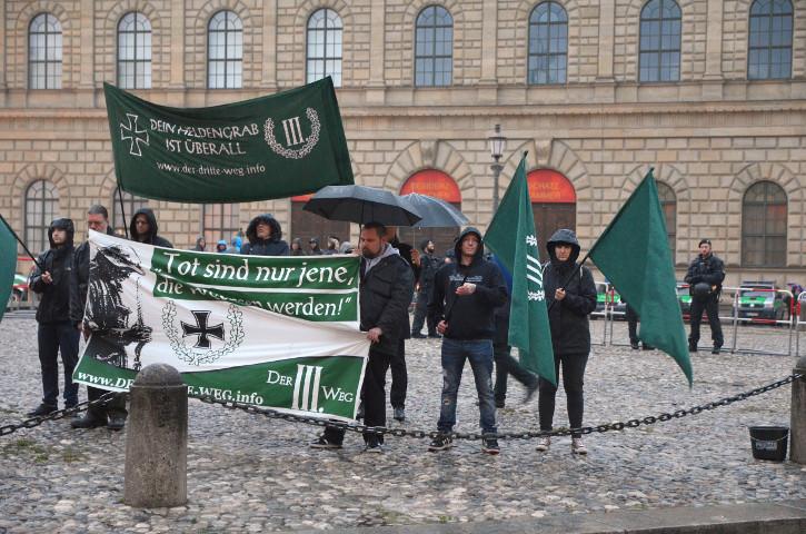 Die Neonazis bei der sog. 'Mahnwache'.  Foto: Marcus Buschmüller
