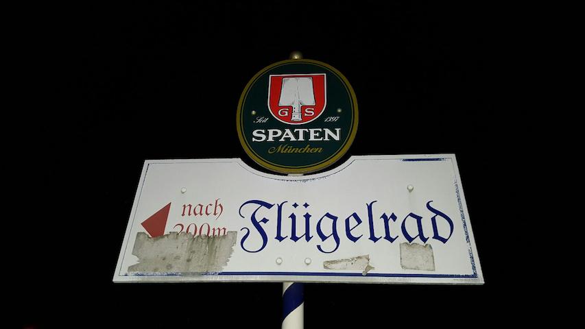 Schild der Gaststätte Flügelrad in Berg am Laim. Foto: a.i.d.a.