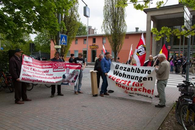Die Neonazis vor dem Bahnhof Freising.  Foto: Josef Preiselbauer