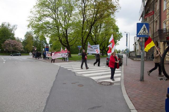 Marsch der Neonazis zur NPD-Kundgebung in Freising.  Foto: Josef Preiselbauer