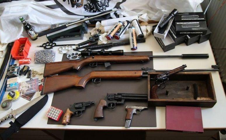 Die von der Polizei sichergestellten Waffen, Munition und verbotene Gegenstände. Foto: Polizeipräsidium Niederbayern