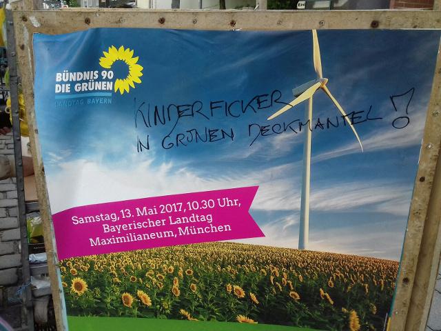 Eines der beschmierten Plakate. Foto: Fachinformationsstelle Rechtsextremismus München (firm)