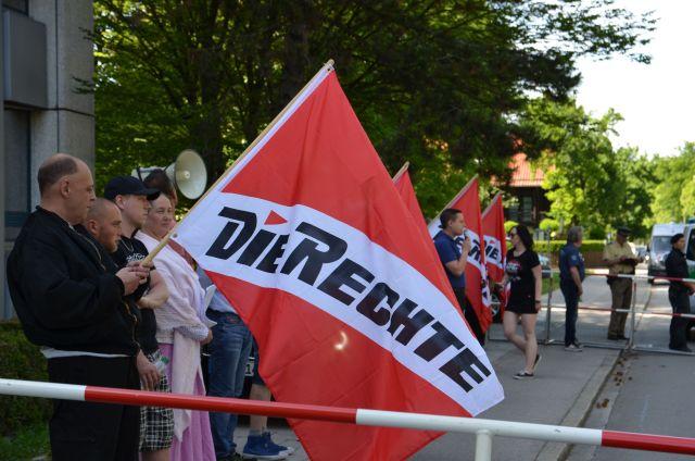 Björn-Christopher Balbin (NPD Freising) mit Die-Rechte-Fahne.  Foto: Marcus Buschmueller