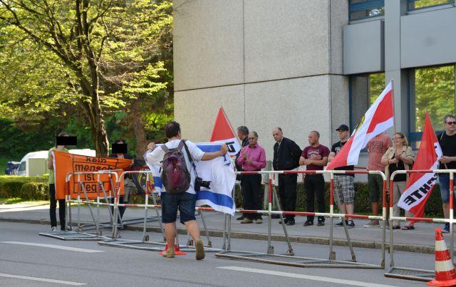 Ph. Hasselbach fühlt sich durch Israel-Fahne gestört.  Foto: Marcus Buschmüller