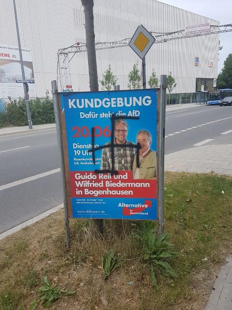 Das auf das AfD-Plakat gesprühte Hakenkreuz. Foto: a.i.d.a.
