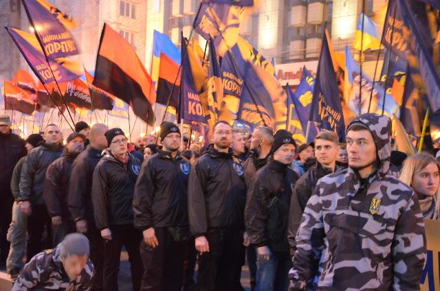 Mitglieder der deutschen Neonazipartei 'Der dritte Weg' marschieren mit durch Kiew. Foto: a.i.d.a./UA