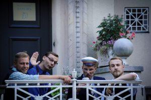 Philipp Mosig (2. v. l.) wartet vor dem Haus der Burschenschaft Danubia auf eine in diesem Moment hier ankommende Antifa-Demonstration. Foto: Robert Andreasch