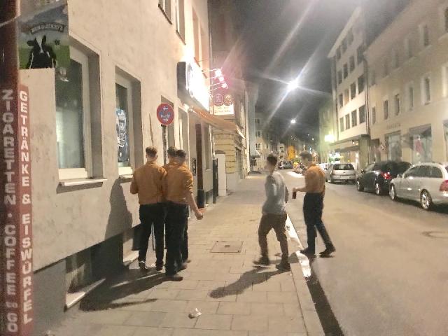 Die uniformierte Gruppe in der Schwanthalerstraße. Foto: firm/zugespielt.