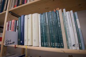 Bücher von rechts. Foto: a.i.d.a.