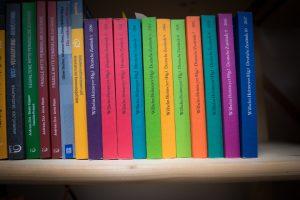 Bücher über rechts. Foto: a.i.d.a.