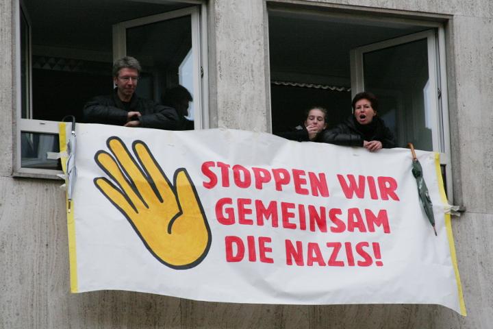 Angelika Lex (r.) und ihre Familie protestieren am 14. November 2009 gegen einen neonazistischen Aufmarsch. Foto: a.i.d.a.