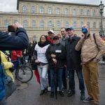 der AfD machen Fotos mit anderen Teilnehmer_innen. (c) Robert Andreasch